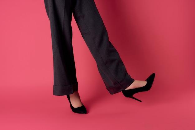 Damenschuhe posiert abgeschnittene ansicht isoliert hintergrundmode