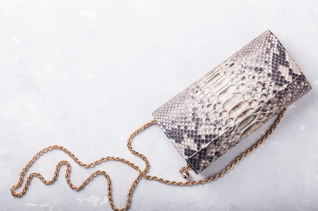 Damentasche clutch aus leder von reptilien.