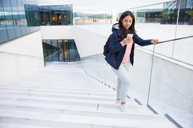 Damentourist, der gps-navigation auf smartphone verwendet