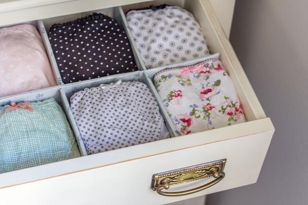 Damenunterwäsche mit verschiedenen mustern und faulenzen in einer persönlichen garderobe bestellt