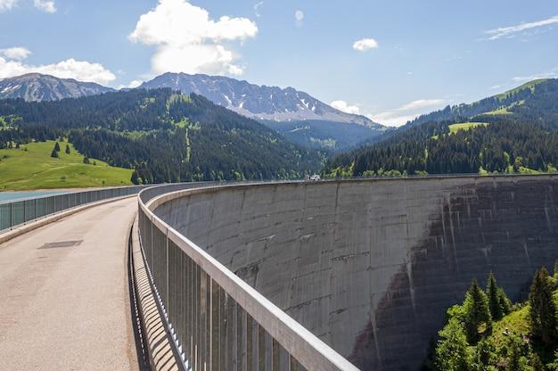 Damm in longrin, schweiz mit einer wunderschönen landschaft