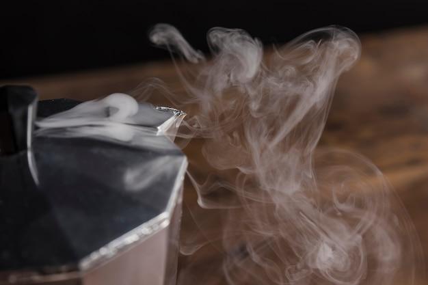 Dampf aus der geysir-kaffeemaschine