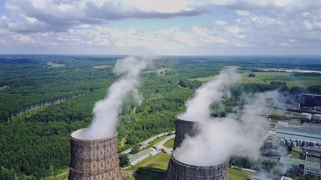 Dampf aus großen rohren an einem atomkraftwerk bewölkt blauen himmel