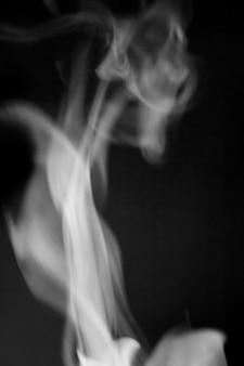 Dampf aus kaffee auf schwarzem hintergrund, zur verwendung in designerprojekten