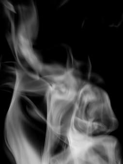 Dampf aus tee auf schwarzem hintergrund, zur verwendung in designerprojekten