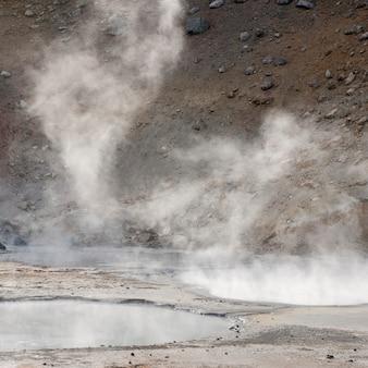 Dampf steigt aus geothermischen becken