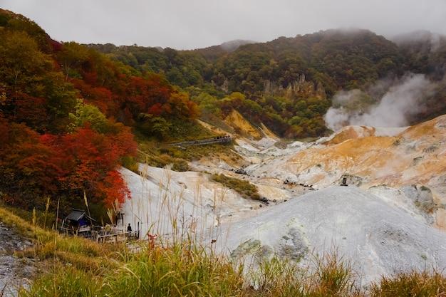 Dampf steigt von aktiven vulkan im shikotsu-toya nationalpark