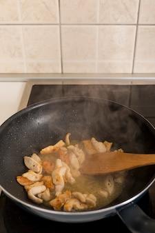 Dampfendes essen in der pfanne
