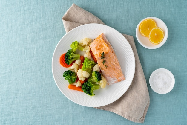 Dampflachs und gemüse, ketodiät. mediterranes essen mit gedämpftem fisch.