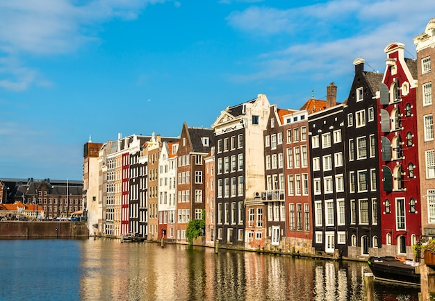 Damrak waterfront in amsterdam, niederlande