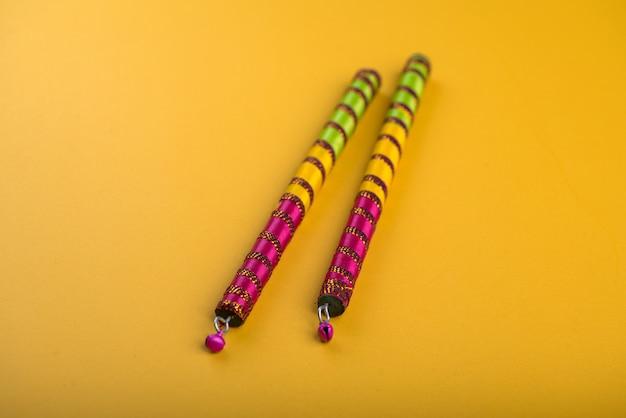 Dandiya klebt. raas garba oder dandiya raas ist der traditionelle volkstanz aus dem indischen bundesstaat gujarat & rajasthan.