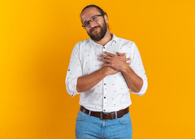 Dankbarer erwachsener gutaussehender mann, der eine danksagung mit brille macht