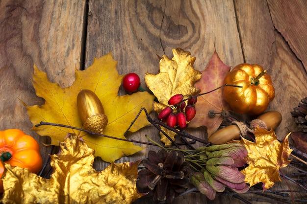Danksagungshintergrund mit goldenem kürbis, eichel und leavesdecoration