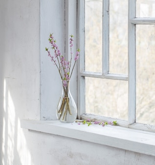 Daphne blumen in vase auf vintage fensterbank