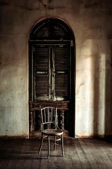 Dark haunt worn stairs mit patt. furchtsames und mysteriöses konzept für halloween-hintergrund-thema