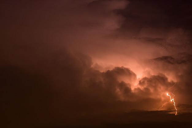 Dark sky mit blitzschlag