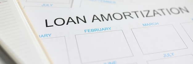 Darlehensabschreibungspapierplan am arbeitstisch liegend