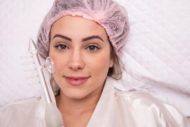 Darsonval-kosmetikgerät. verfahren zur gesichtsreinigung. hautpflege im salon. professionelle dermatologie-hardware. elektrische spa-ausrüstung. medizinpatientengerät. akne entfernen