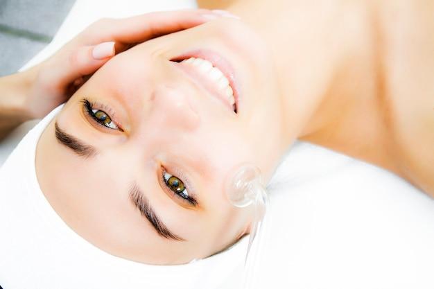 Darsonvalisation des gesichts oder verjüngung des gesichts mit hilfe der elektrotherapie.