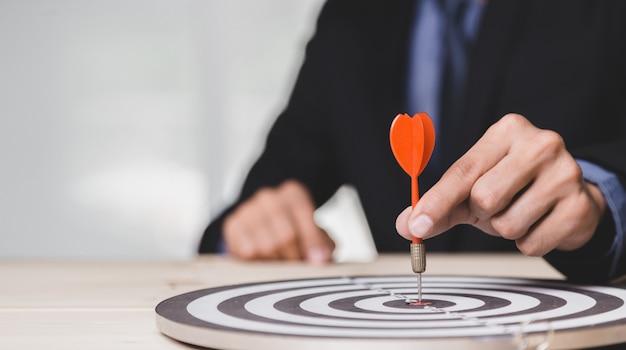 Dart ist eine chance und dartboard ist das ziel und ziel. beides stellt also eine herausforderung im business marketing als konzept dar.