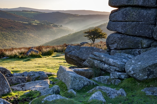 Dartmoor national park, umgeben von hügeln unter dem sonnenlicht am morgen in großbritannien