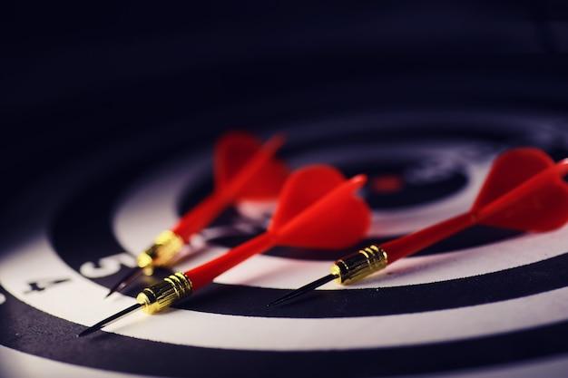 Darts. der dart zum spielen im spielbrett steckt fest. schlagen sie den sektor mit darts. das konzept einer erfolgreichen strategie.