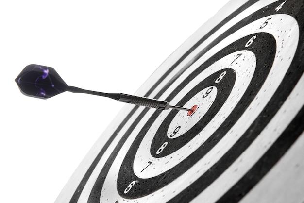 Dartscheibe mit getroffenem bullseye auf weiß