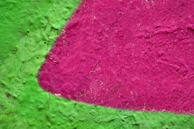 Das abstrakte muster an der wand ist in saftigem rosa und grünem hintergrund gemalt