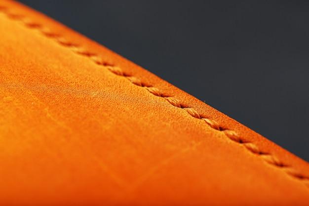 Das albumcover besteht aus braunem echtem leder, handgefertigten elementen einer lederprodukt-nahaufnahme.