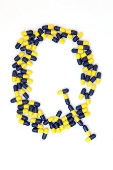 Das alphabet des buchstaben q, das von den medizinischen kapseln gemacht wird