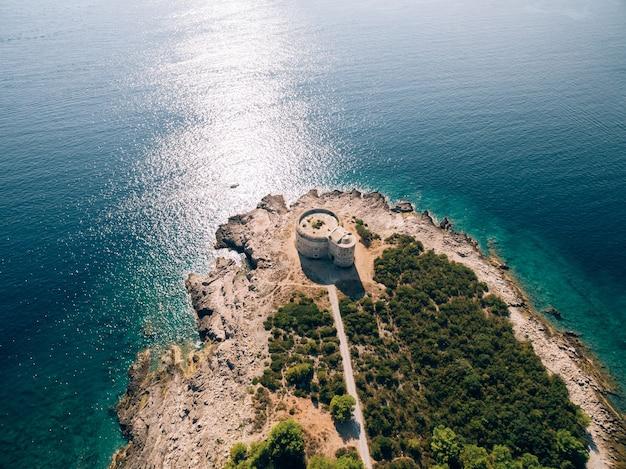 Das alte fort arza am eingang zur bucht von kotor in montenegro im adria-meer am