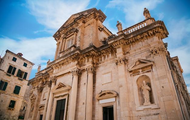 Das alte gebäude der kathedrale mariä himmelfahrt in dubrovnik, kroatien