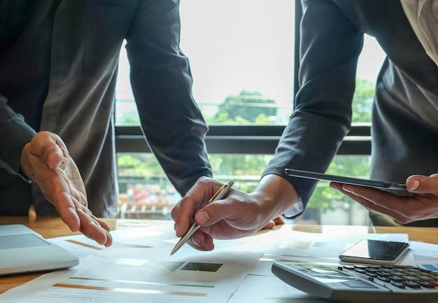 Das analystenteam fasst die arbeit zusammen, um den kunden vorzustellen.