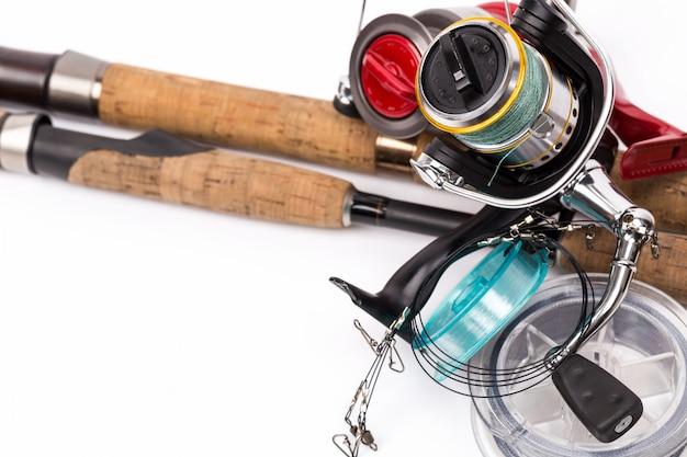 Das angeln befasst sich mit ruten, rollen, schnüren und ködern