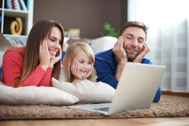 Das ansehen von filmen auf einem laptop kann bequem sein