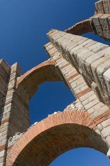 Das aquädukt der wunder aus der römischen epoche lag in der antiken römischen provinz lusitania
