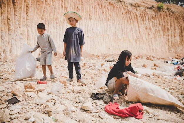 Das arme kind auf der mülldeponie freut sich voller hoffnung