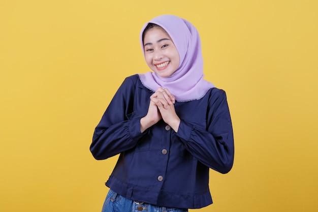 Das asiatische mädchen, das sich sehr gefreut hat, den hijab mit unglaublicher überraschung zu tragen