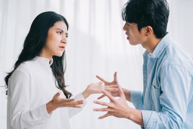 Das asiatische paar stritt miteinander, was zu einer trennung führte