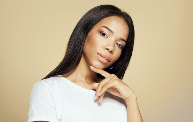 Das attraktive aussehen des luxusmodells der hübschen afrikanischen frau des make-ups.