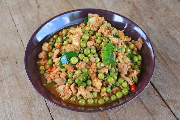 Das auberginencurryschweinefleisch mit würzigem thailändischem lebensmittel