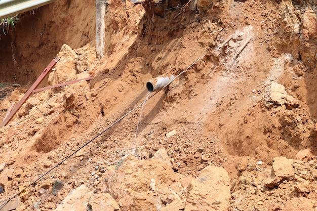 Das auftreten von erdrutschen wird durch undichte wasserwege verursacht
