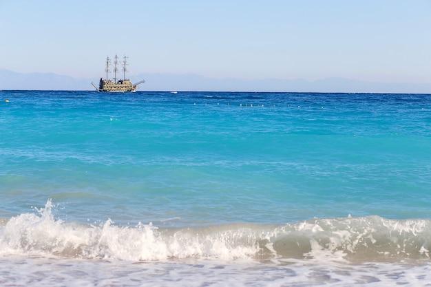 Das ausflugsschiff piraterie schwimmt über das mittelmeer.