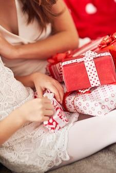 Das auspacken von weihnachtsgeschenken ist sehr aufregend