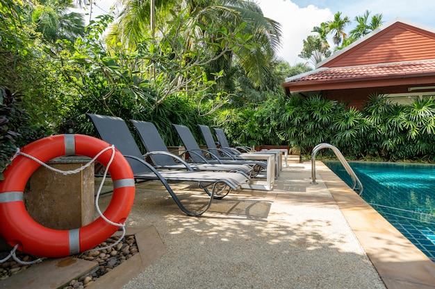 Das außendesign von haus, haus und poolvilla umfasst einen swimmingpool, eine terrasse, einen landschaftsgarten und eine sonnenliege