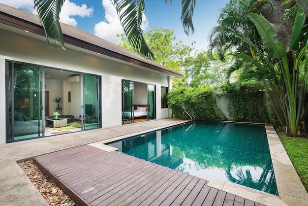 Das außendesign von haus, haus und villa umfasst einen swimmingpool, einen garten, eine terrasse und eine terrasse
