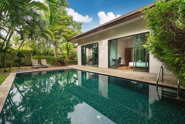 Das außendesign von haus, haus und villa verfügt über einen swimmingpool