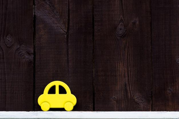 Das auto auf einem hölzernen hintergrund