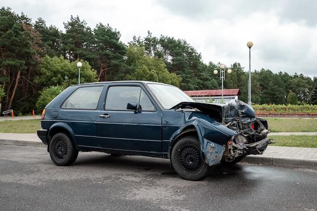 Das auto ist nach dem unfall geparkt, die motorhaube ist gebrochen, die folgen der unaufmerksamkeit auf den straßen.