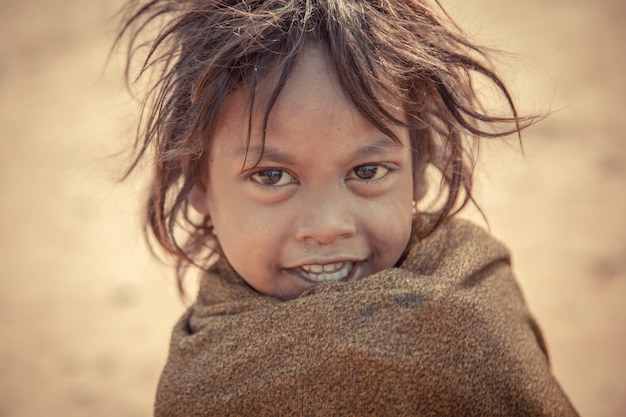 Das baby lächelt und freut sich, wenn sie die touristen sieht
